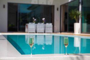 Verres_cocktail_bord_piscine_location_saisonniere_La_Reunion