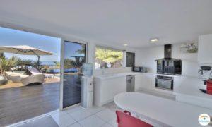 Photo cuisine avec vue terrasse
